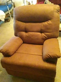 Brown recliner Topeka, 66618