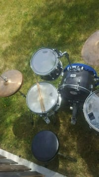 Pearl Drum set with hardware cymbals and seat  Georgina, L4P