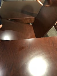 Extendable dining table with 6 chairs. One of the head chairs one arm broken. Make an offer Mississauga, L5M