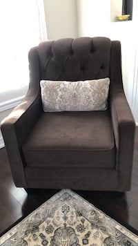 Arm chair with decorative pillow, like new, at Vaghan  Vaughan, L4H 0Z9