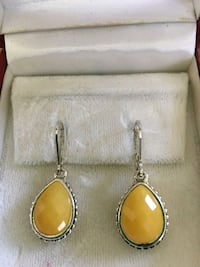 pair of gold-colored earrings 927 mi