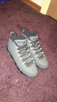 SIZE 6Y Pair of gray air jordan basketball shoes Chili, 14624