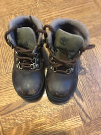 pair of brown leather work boots 541 km