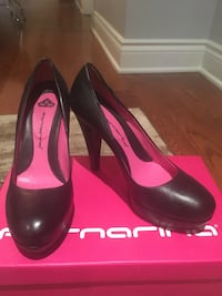 pair of black leather pumps Côte-Saint-Luc, H4W 2M9
