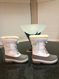 Authentic Ladies White Ugg winter boots US Size 5 only Wore twice