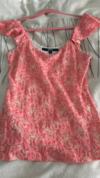 pink and white floral sleeveless blouse Québec, G1B