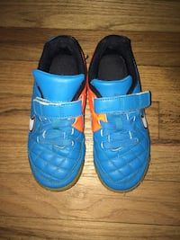 Nike boys  indoor soccer shoes Size 12Y