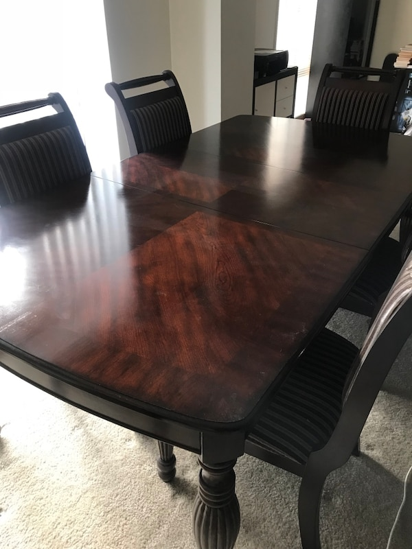Extending dining table w/ 6 chairs