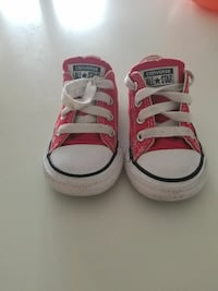 Red baby's Converse all star