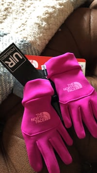 Pair of pink the north face gloves Germantown, 20876