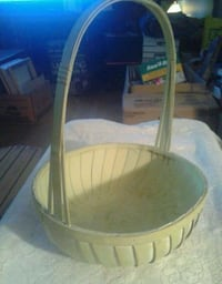 Sturdy Wood Basket w/handle....GUC Oshawa, L1J 4Z3