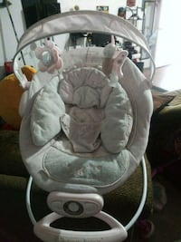 baby's gray and white bouncer 1692 mi