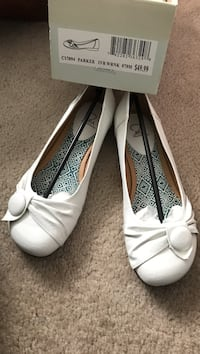 pair of white Parker leather flats with box Greece, 14626