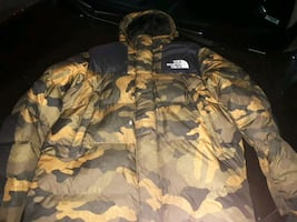 mens northface winter coat(camo) siZe Medium FitS Like A Large
