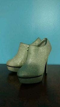 Silver sparkly booties heels size 7 some spots Millersville, 21108