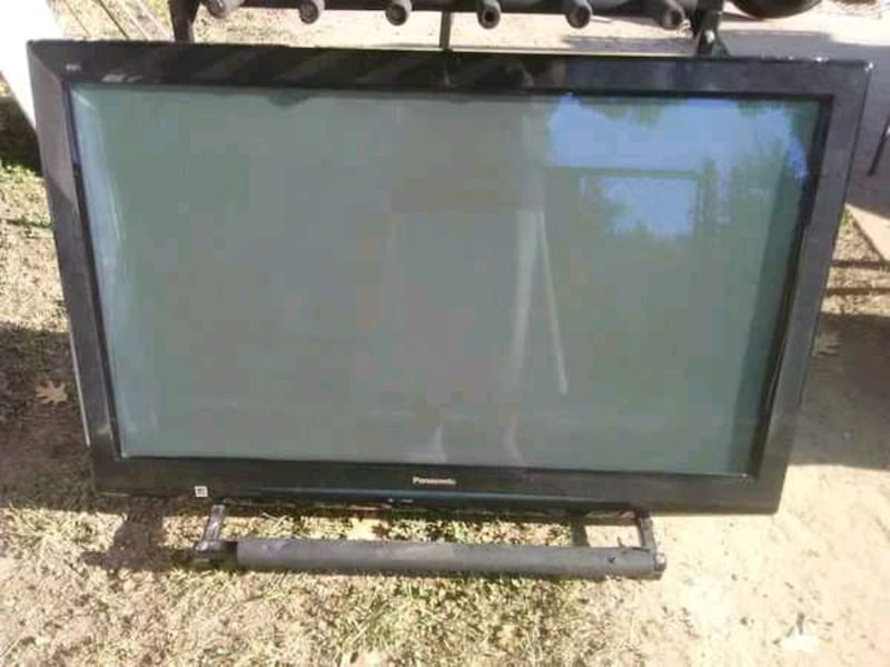 TV with remote control and 3 HDMI ports 9aec7762-48df-4a99-9508-081358ee13e1