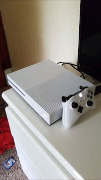 white Xbox One console with controller Turtle Creek, 15145
