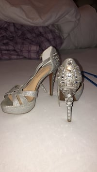 pair of silver-colored open-toe pumps Del Valle, 78617