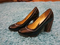 pair of black leather pointed-toe pumps 213 mi
