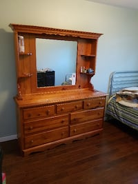 solid wood dresser great condition Barrie