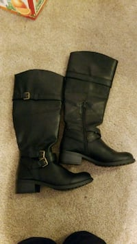pair of black leather boots Seattle, 98115