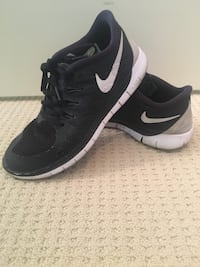 Pair of black nike low-top sneakers size 6Y (fits a 7)