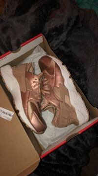 Women's Nike Rose Gold Huaraches size 9 Belleville, 48111