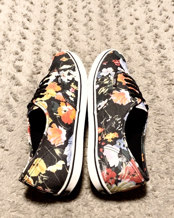 Women's printed floral lo-top paid $75 size 11 Like new condition!  b0b58bf2-107d-4f76-a713-dac2bf6e660a