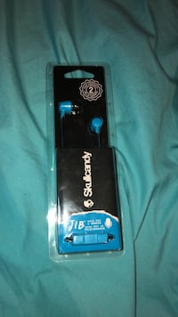 Black and blue skullcandy, Still in the package. Calgary, T3R 1J1