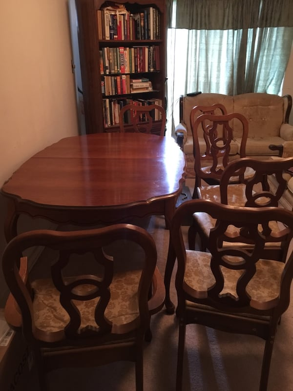 Brown wooden dining table set 59bea479-d255-4cd3-ae21-43d01f65ec70