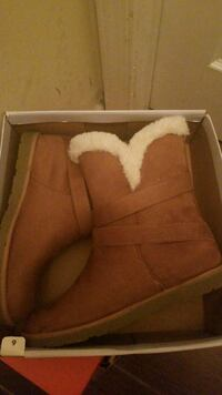 brown and white fur lined boots in box Greenbelt, 20770