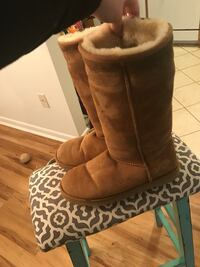 Size 9 classic tall uggs  Laurel, 20723