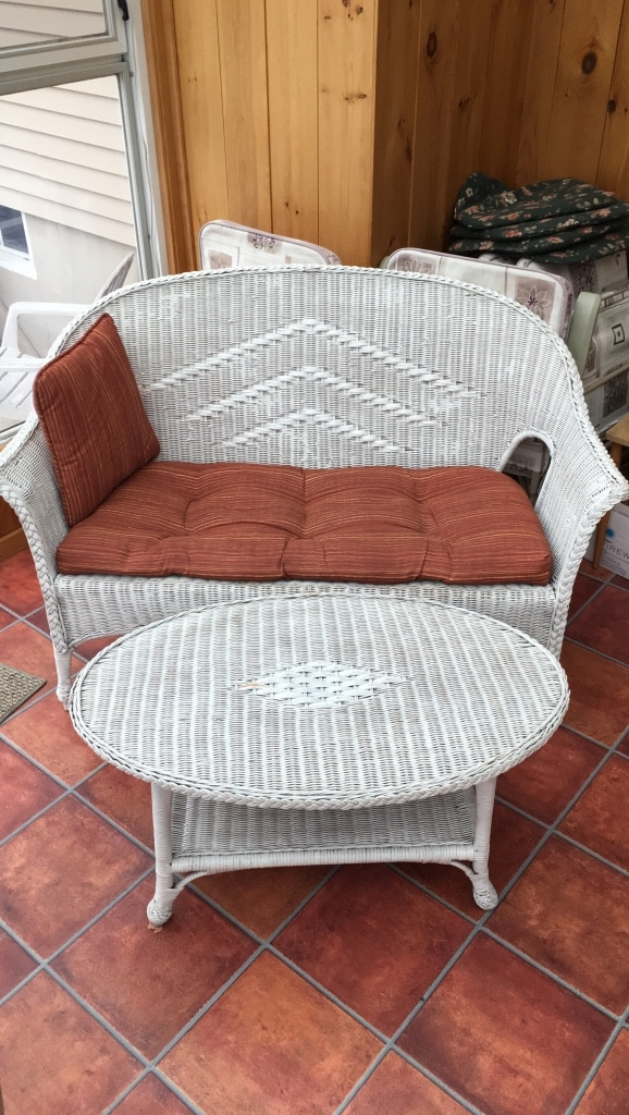 Photo White wicker love seat with cushion and coffee table