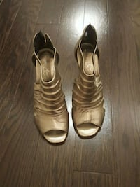 Leather pewter sandals heels size 36 Toronto, M1P
