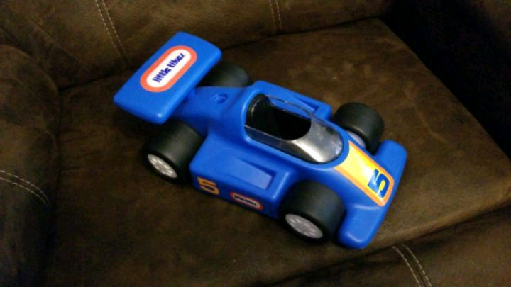 Photo Little tikes blue racecar number 5.
