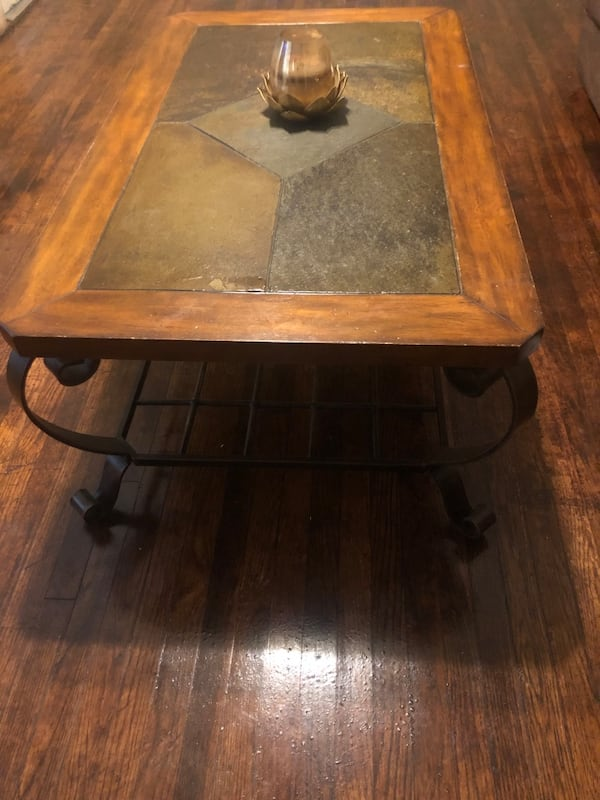 Coffee table and end table 5316b0c2-beee-40b5-8b73-e5929664ddbe