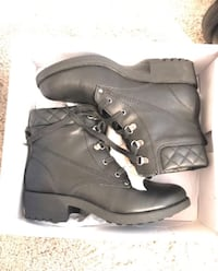 Pair of black leather work boots with box Madison, 35758