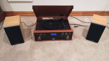 Pyle record/BT/CD/AUX player with mission speakers .
