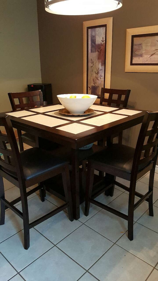 Brukt Square Brown Wooden Table With Four Chairs Dining Til Salgs I Guelph Eramosa