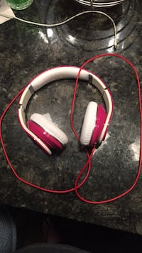 Red and white corded headphones Plano, 75074