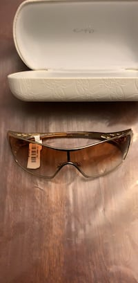 Brown framed sunglasses with case Montréal, H1P 2H1