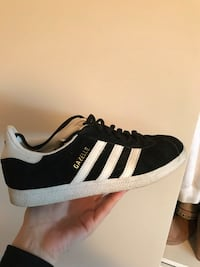 unpaired black and white adidas Superstar sneaker Laval, H7G