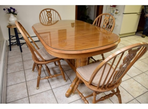 COUNTRY PINE KITCHEN TABLE WITH 4 SPINDLE BACK CHAIRS