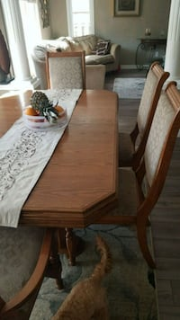 Great condition solid wood dining room set fs