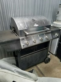 Gas Grill has two propane tanks 58 km