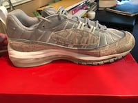 unpaired gray and white Nike running shoe Los Angeles, 91367