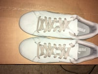 pair of white low-top sneakers Grand Blanc, 48439