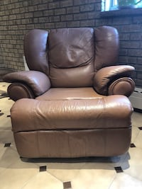 Leather recliner in great condition 794 km