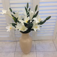 "Beautiful vase with flowers in excellent conditions no chips or scratches 17""height Hamilton, L8W 3Z3"