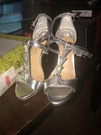 pair of silver-colored open-toe heels 1391 mi